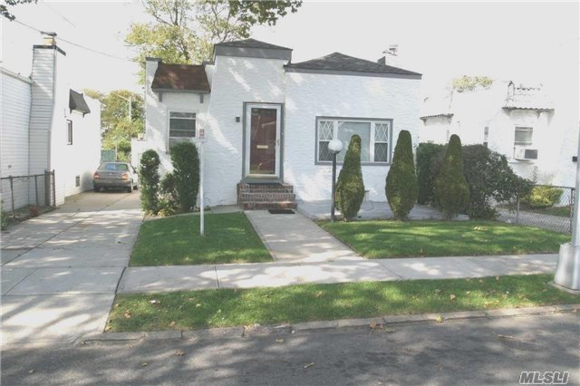 Photo of home for sale at 133-20 224 St Ne, Laurelton NY