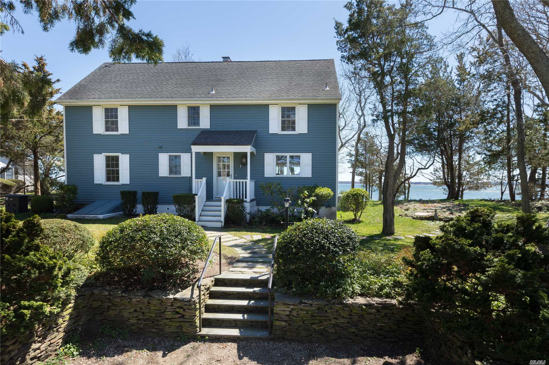 Photo of home for sale at 1501 Peconic Bay Blvd, Laurel NY