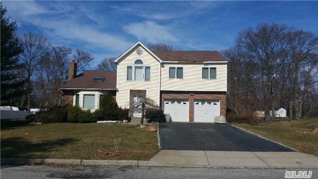 Photo of home for sale at 34 Valley St, Lake Ronkonkoma NY