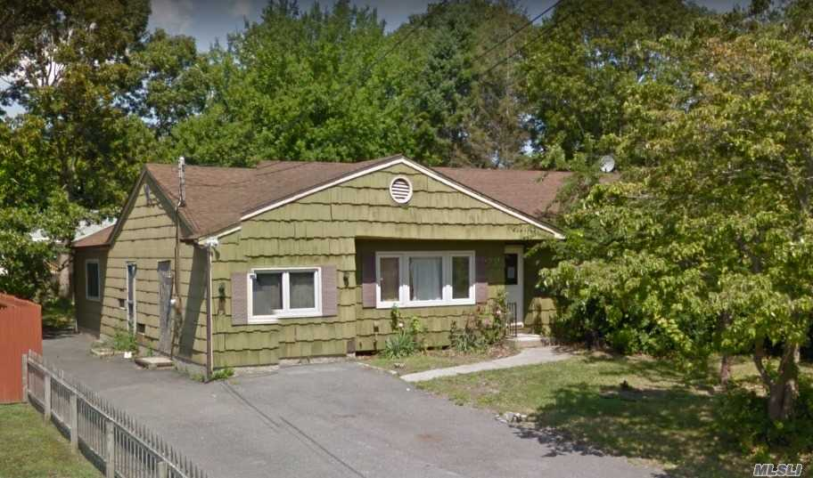 Photo of home for sale at 47 Alcolade Dr E, Shirley NY
