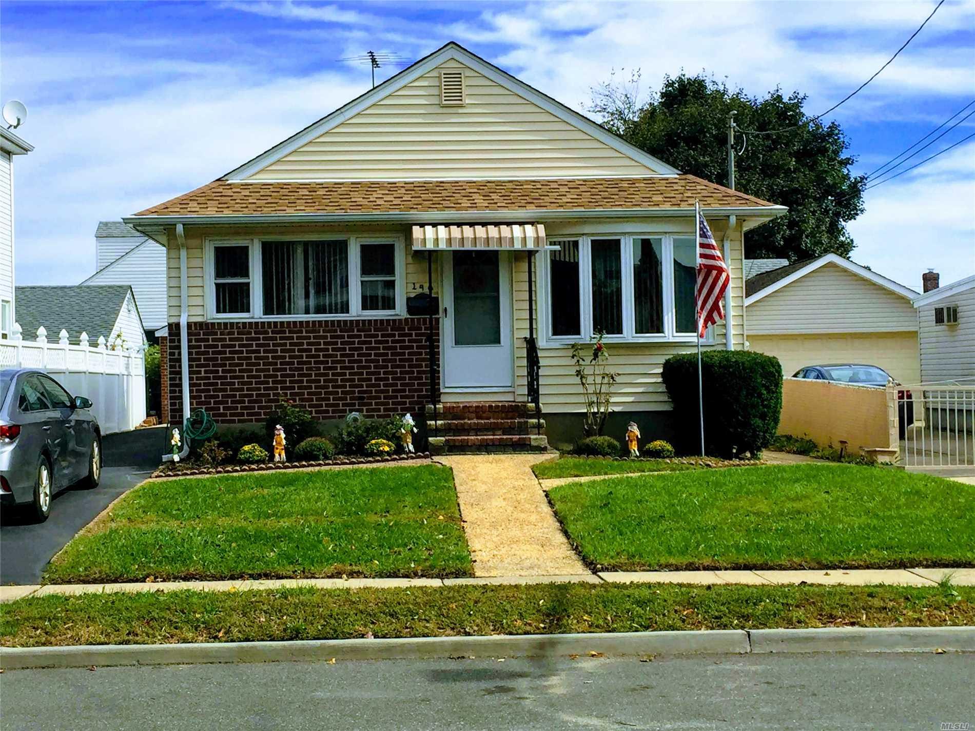 Photo of home for sale at 140 Sheridan Blvd, Mineola NY