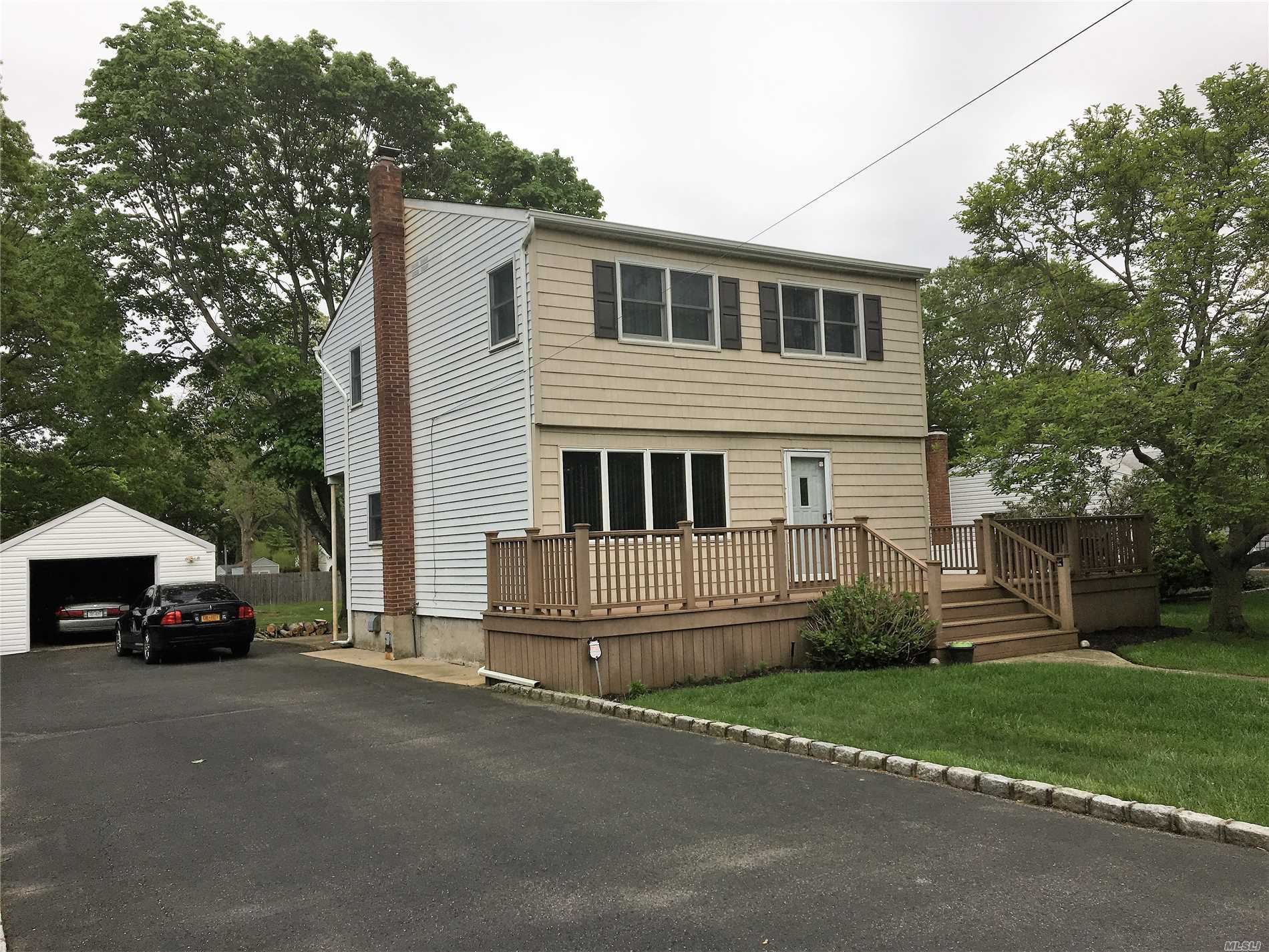 Photo of home for sale at 2565 Sycamore Ave, Ronkonkoma NY