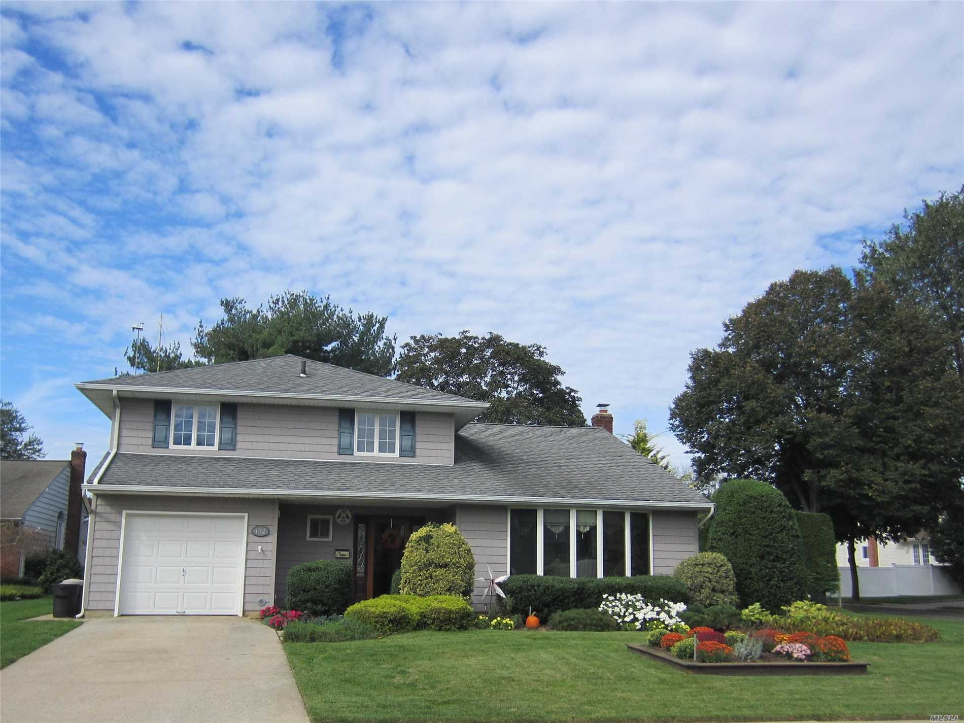 Photo of home for sale at 1762 Harold Ave, Wantagh NY