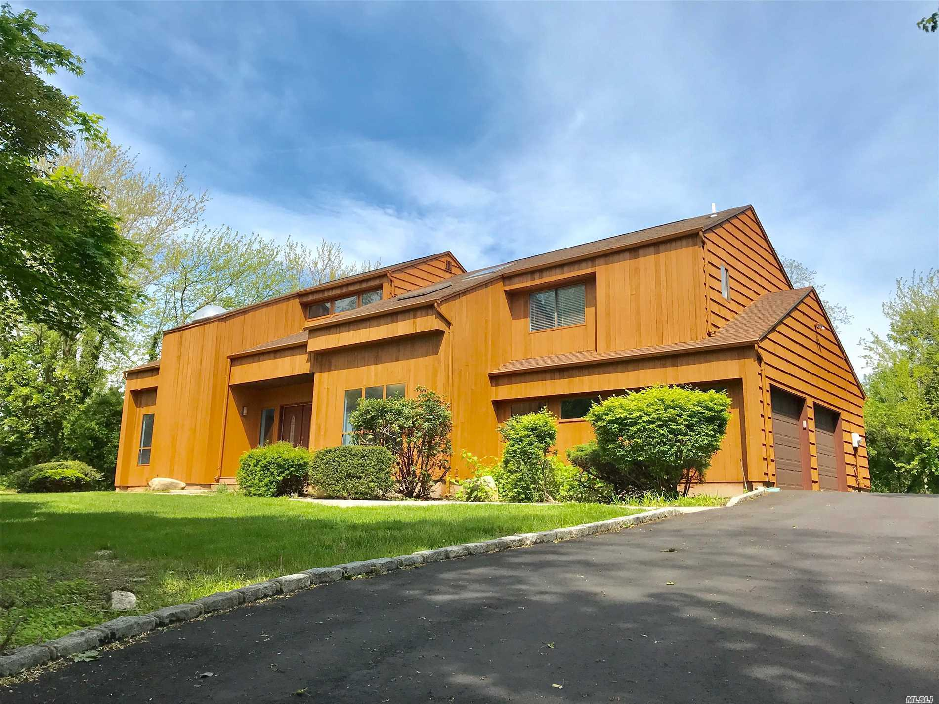 Photo of home for sale at 4 Sage Brush Ct, East Setauket NY