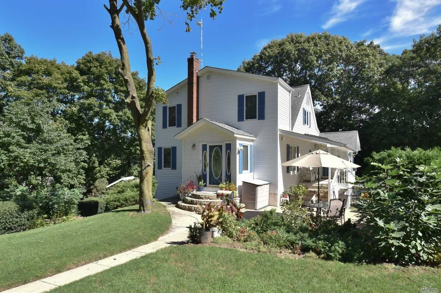 Photo of home for sale at 44 Hickory Pl, Northport NY