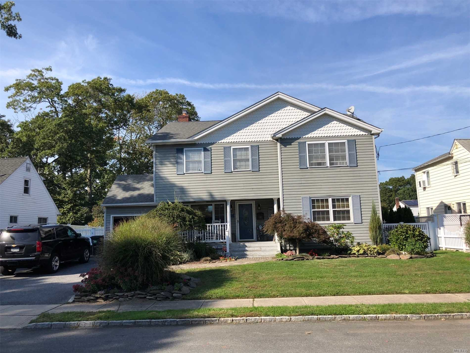 Photo of home for sale at 42 Birchfield Ave, Babylon NY