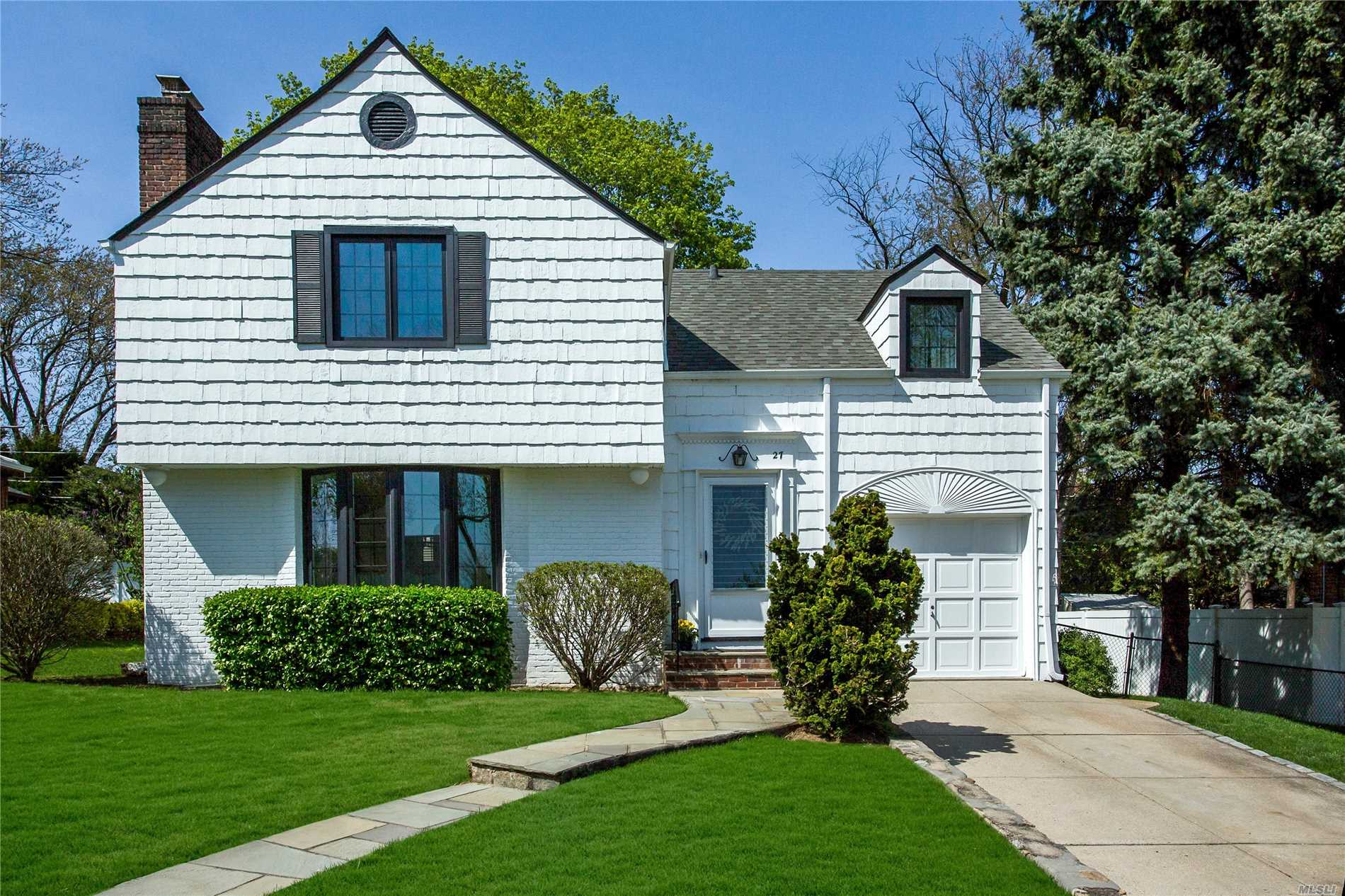 Photo of home for sale at 27 Normandy Ln, Manhasset NY