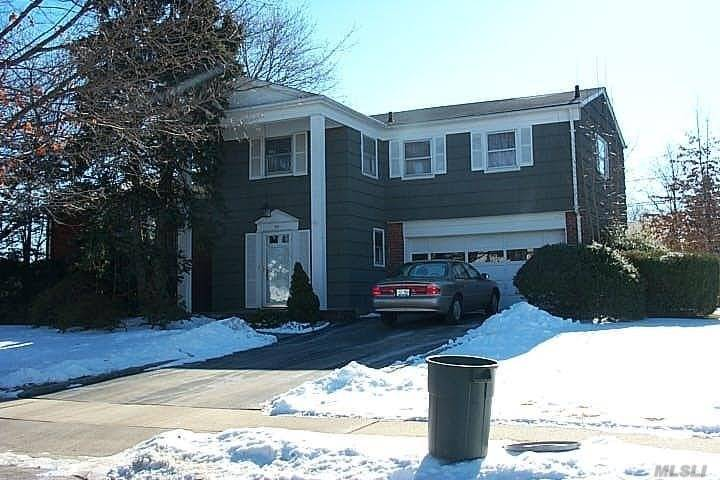 Photo of home for sale at 92 Kings Walk, Massapequa Park NY