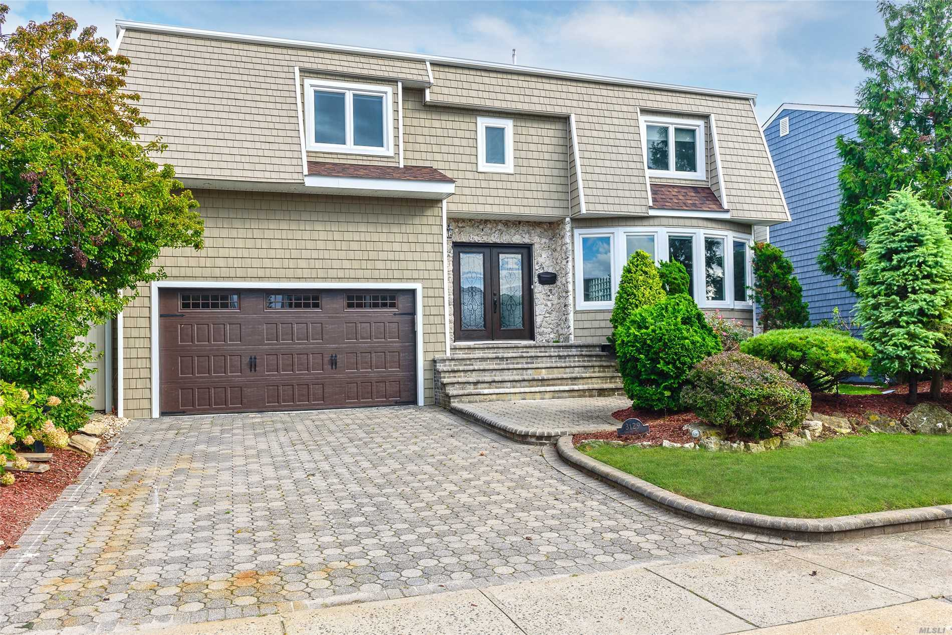Photo of home for sale at 3129 Judith Dr, Bellmore NY