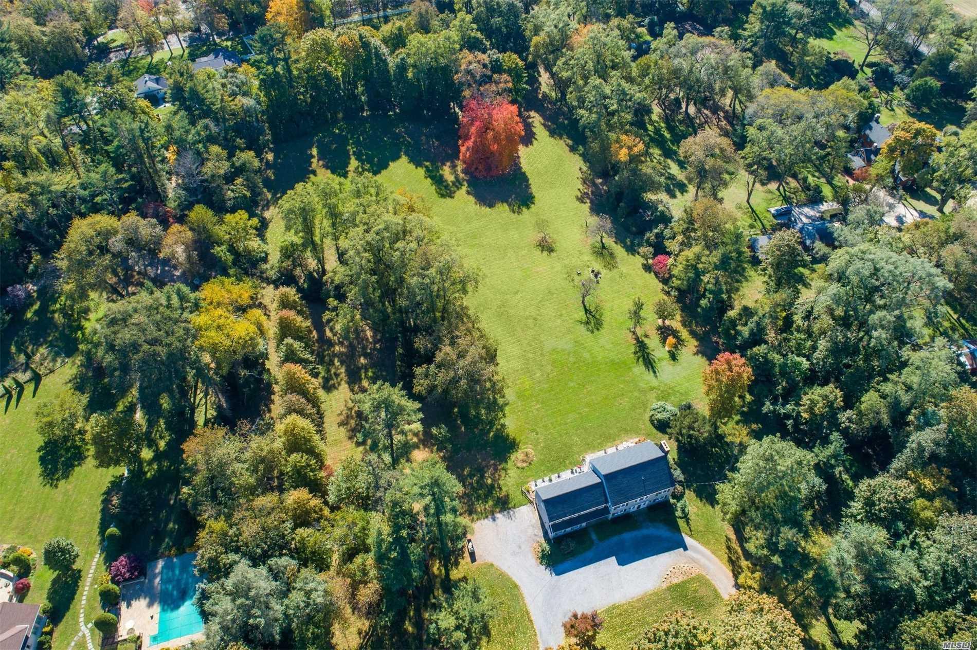 Photo of home for sale at 156 Hegemans Lane, Old Brookville NY