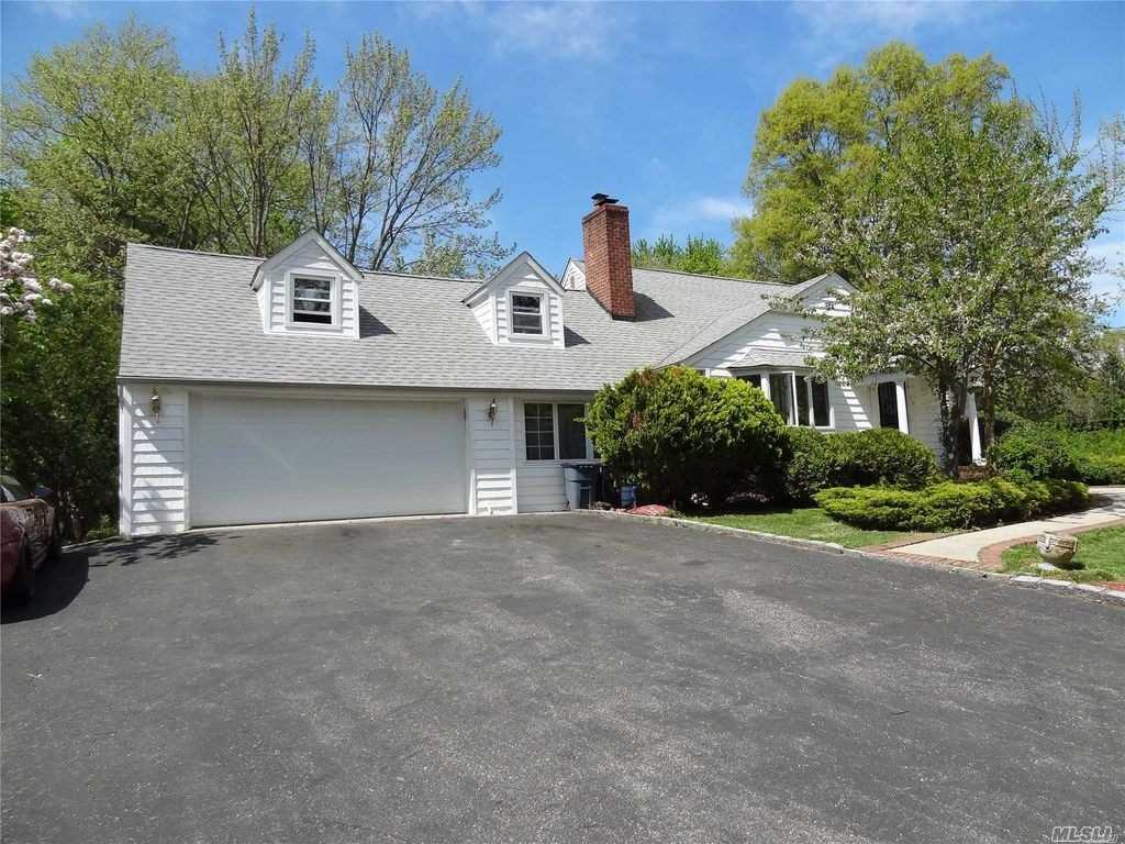 Photo of home for sale at 15 Oriole Way, Dix Hills NY