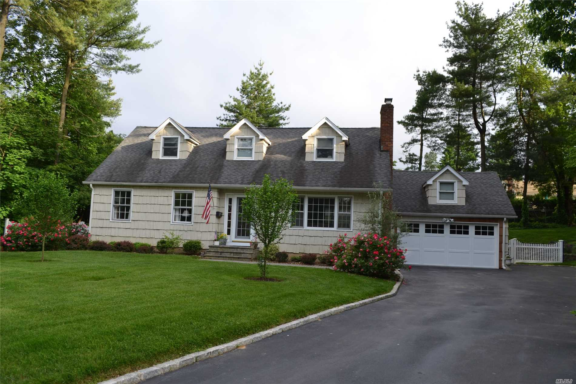 Photo of home for sale at 35 Wood Ln, Locust Valley NY