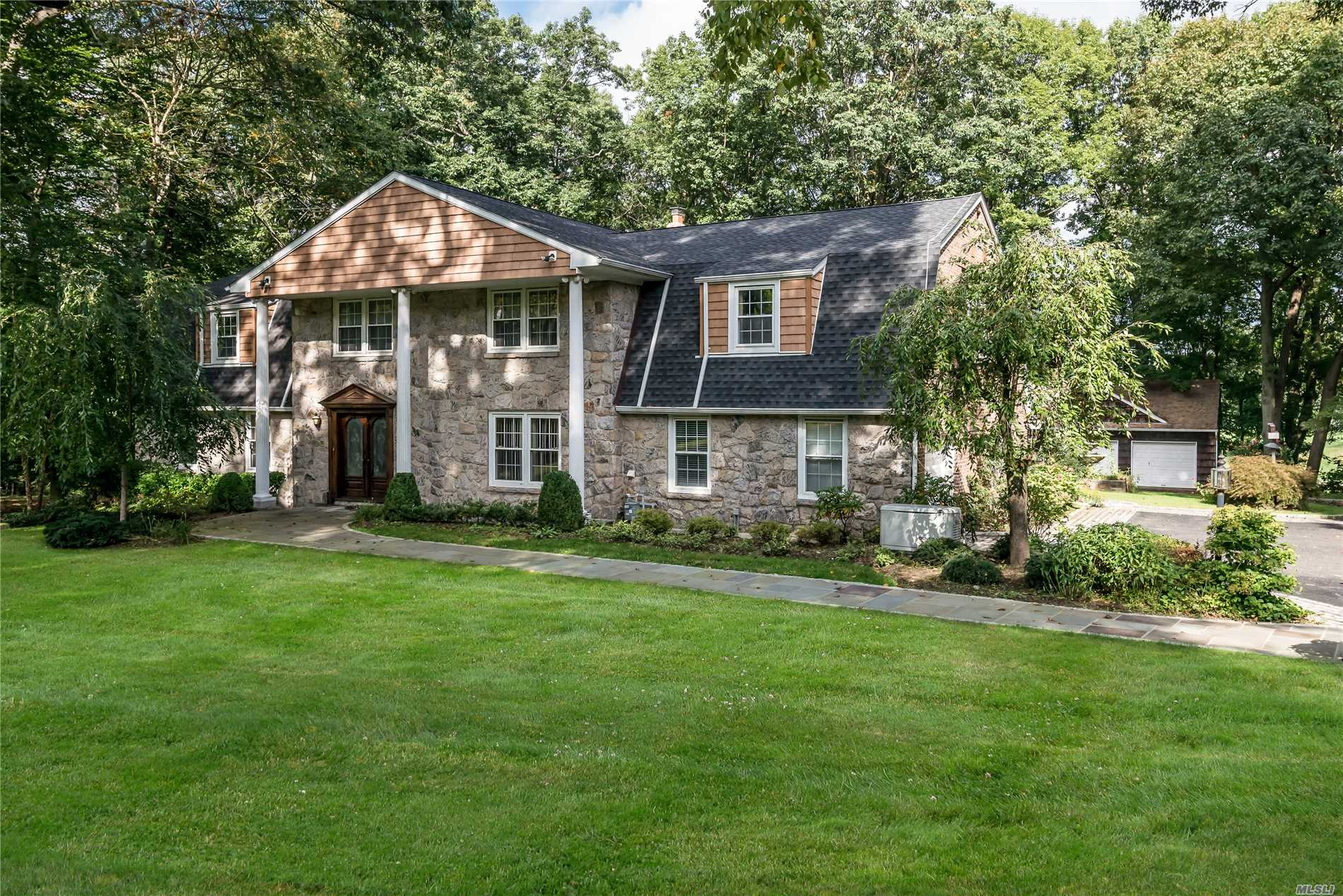 Photo of home for sale at 1 Sierks Lane, Roslyn Harbor NY