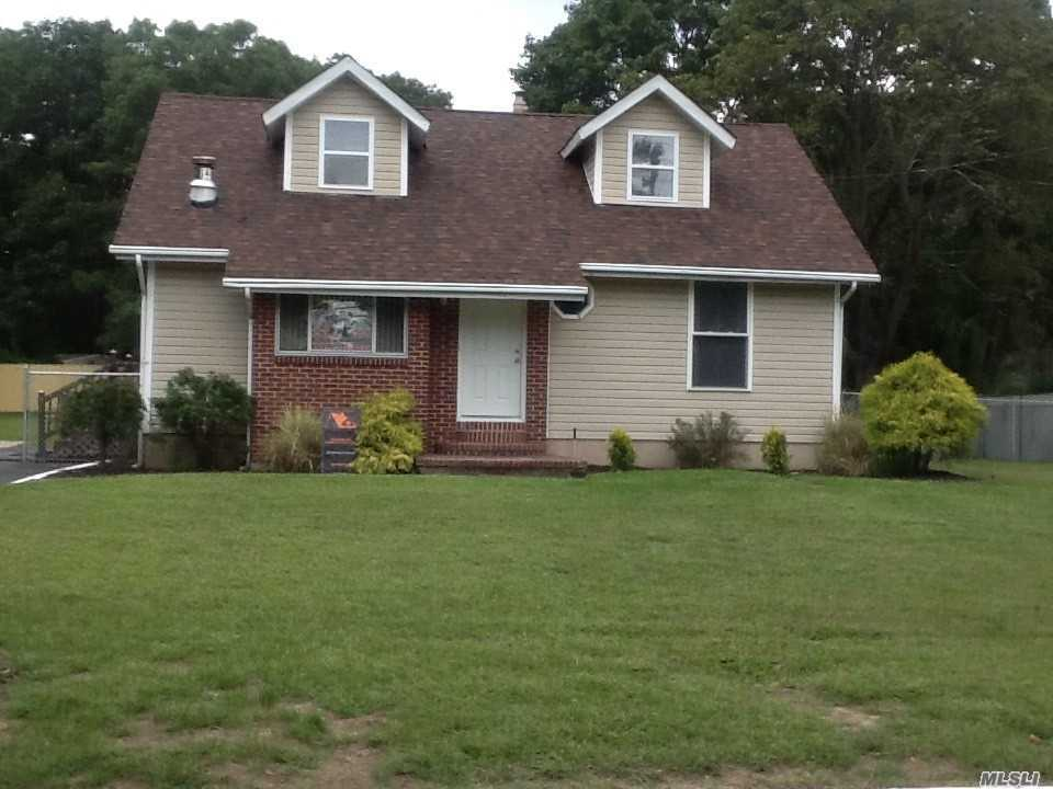 Photo of home for sale at 235 Leona St, Holbrook NY