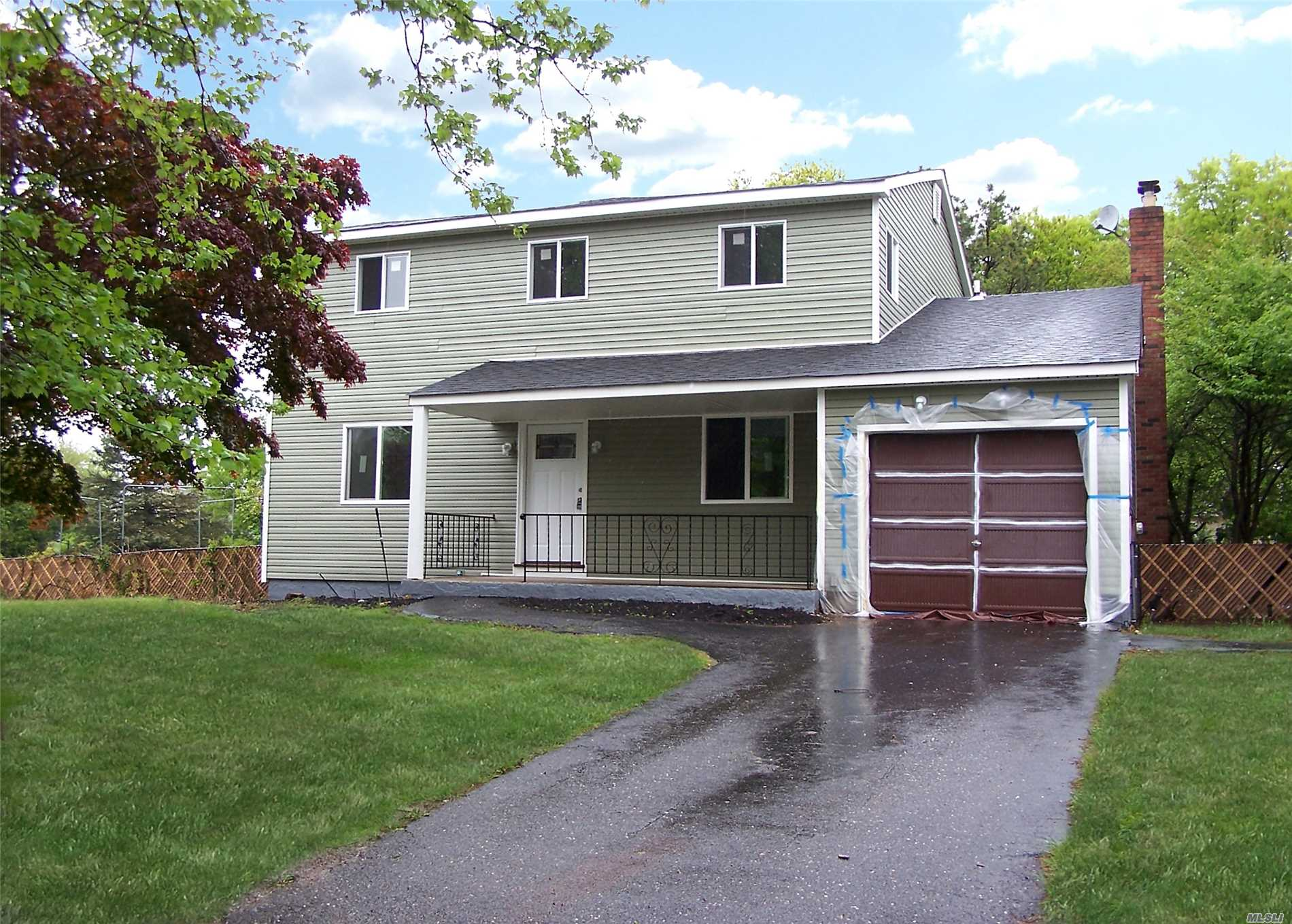 Photo of home for sale at 39 1st Ave, Medford NY