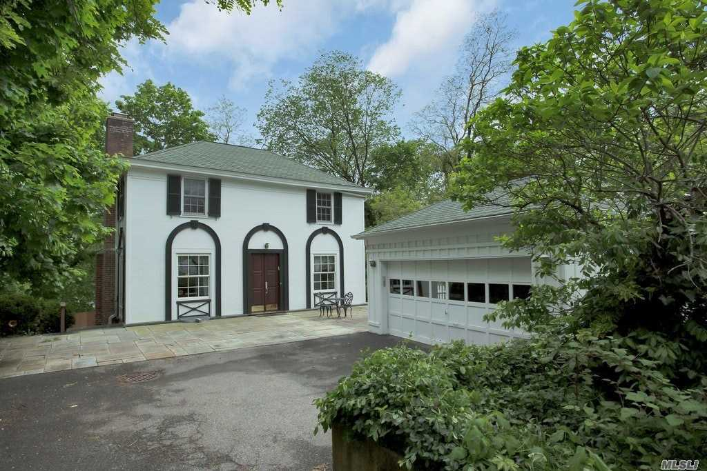 Photo of home for sale at 1 A Harbor Ct, Roslyn NY