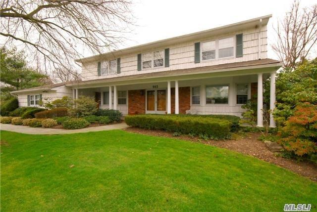 Photo of home for sale at 963 Wateredge Pl, Hewlett Harbor NY