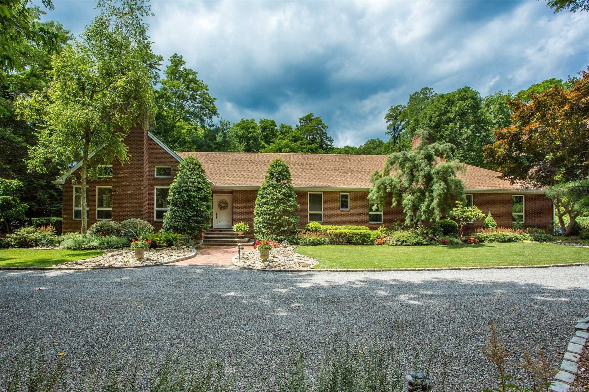 Photo of home for sale at 10 Knutson Ct, Lloyd Harbor NY