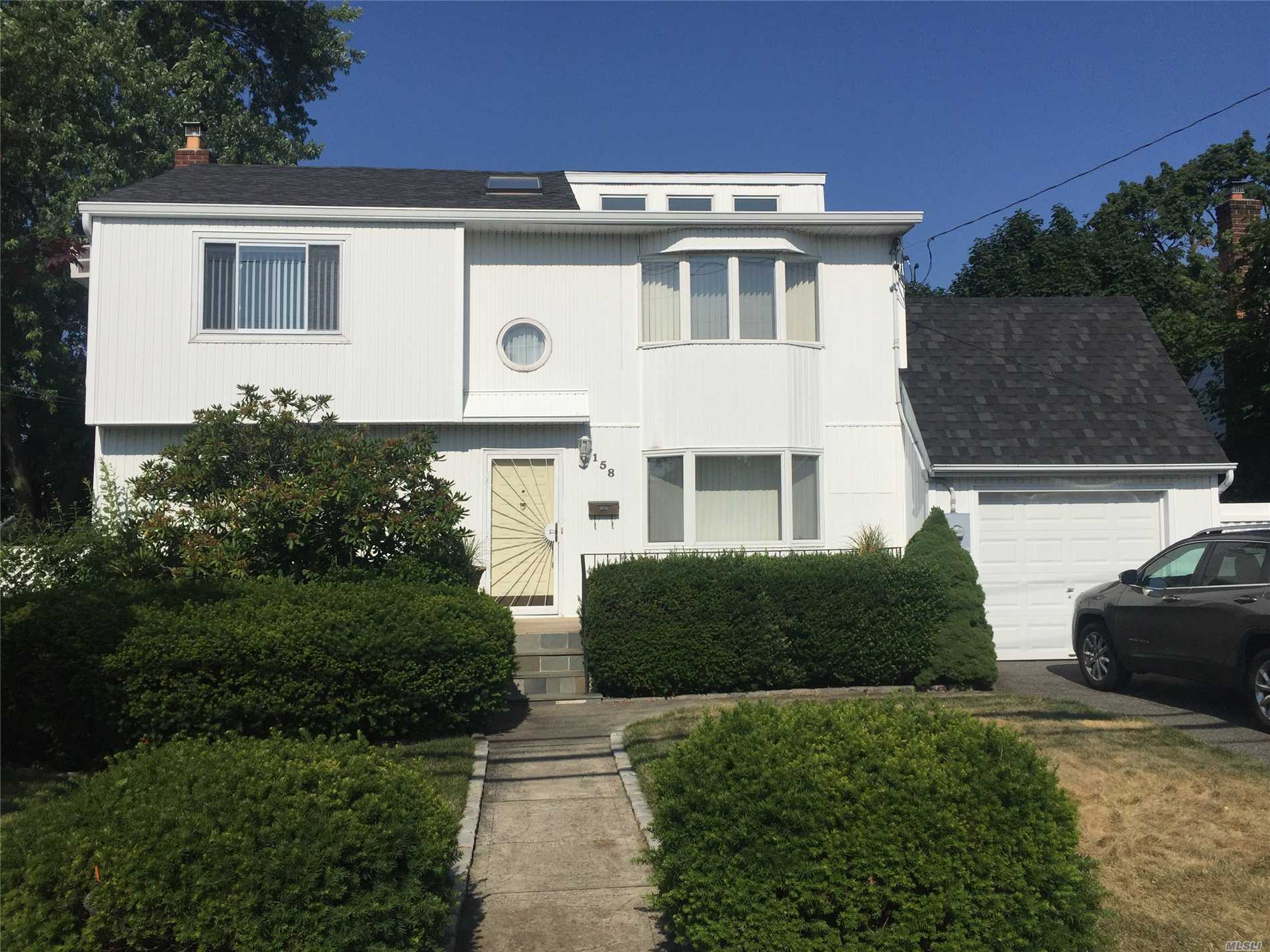 Photo of home for sale at 158 Merritts Rd, Farmingdale NY