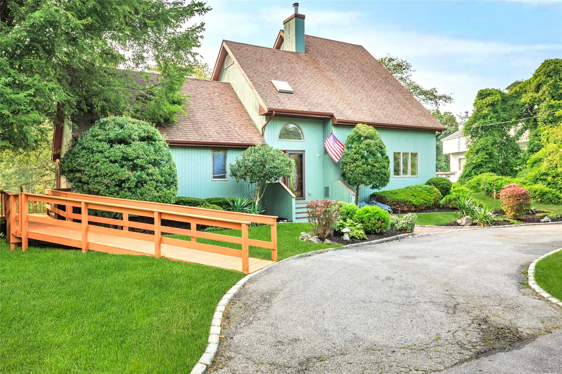 Photo of home for sale at 2 Poplar Ln, Bayport NY