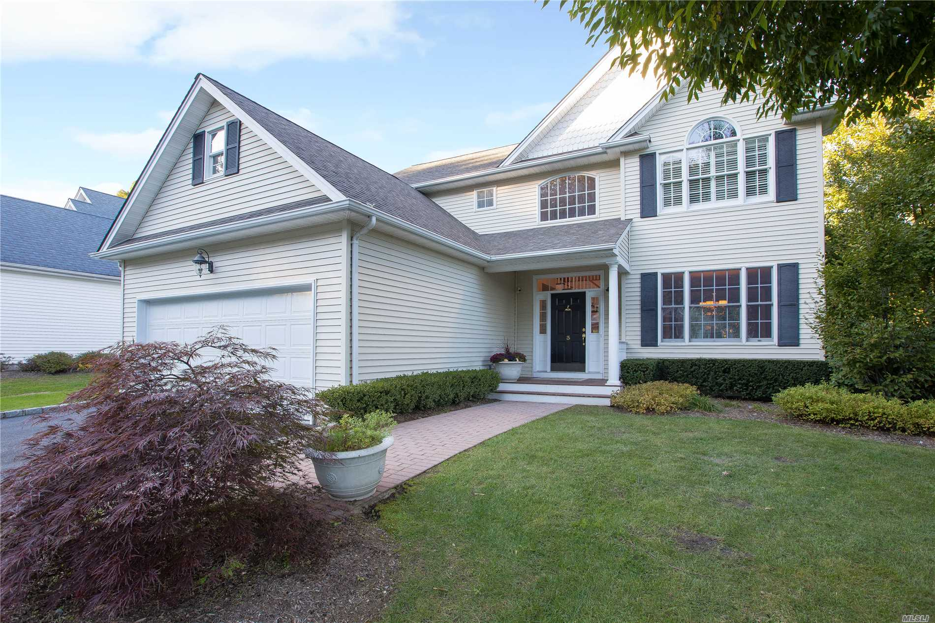 Photo of home for sale at 3 Ladder Ct, Huntington NY