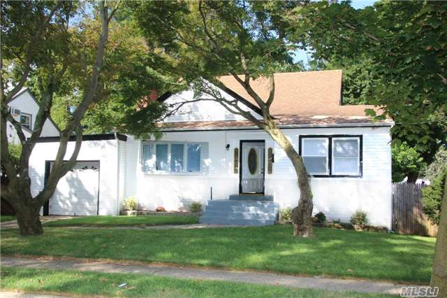 Photo of home for sale at 822 Cleveland St, West Hempstead NY