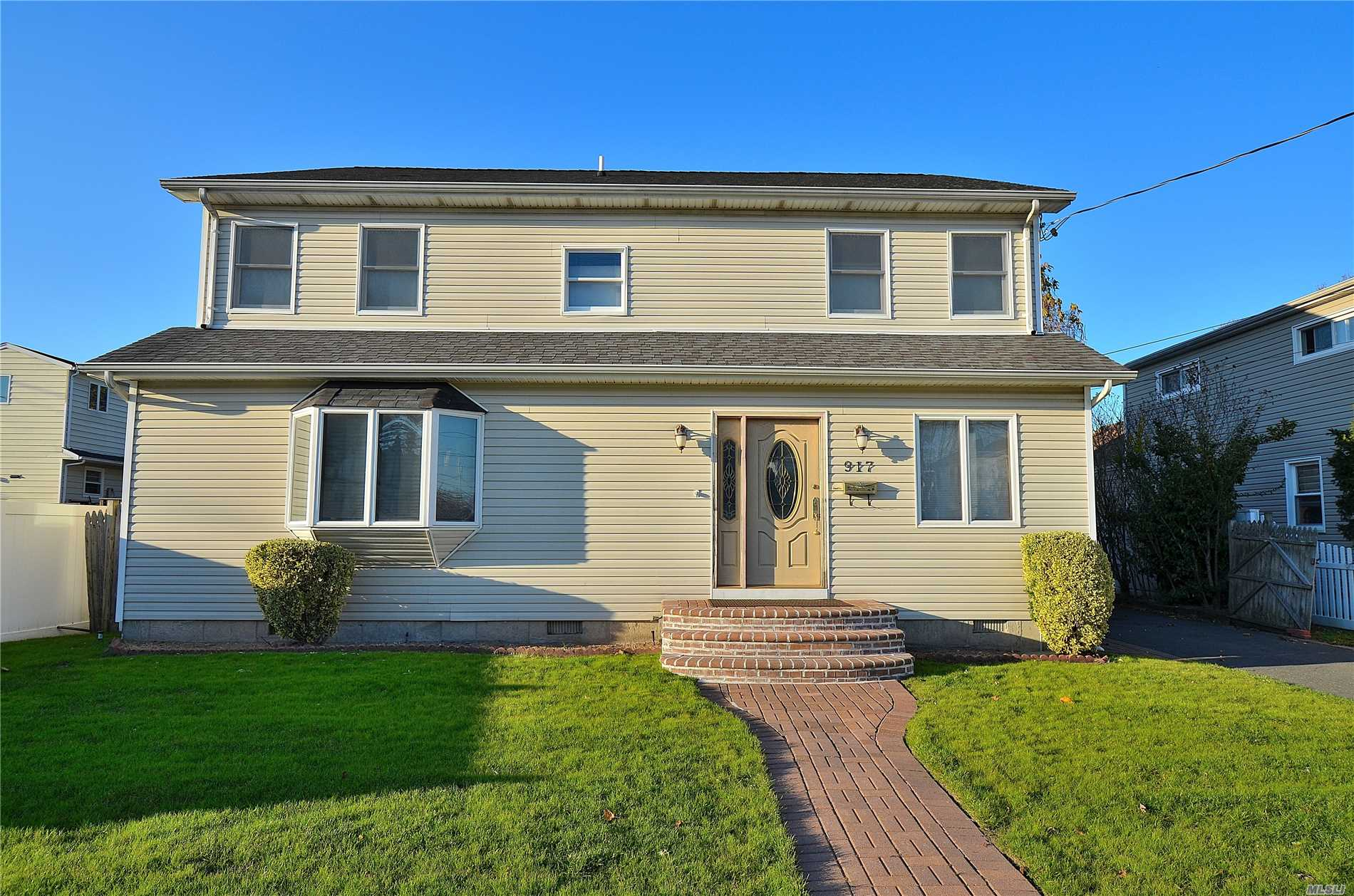 Photo of home for sale at 917 Mckinley St, Baldwin Harbor NY