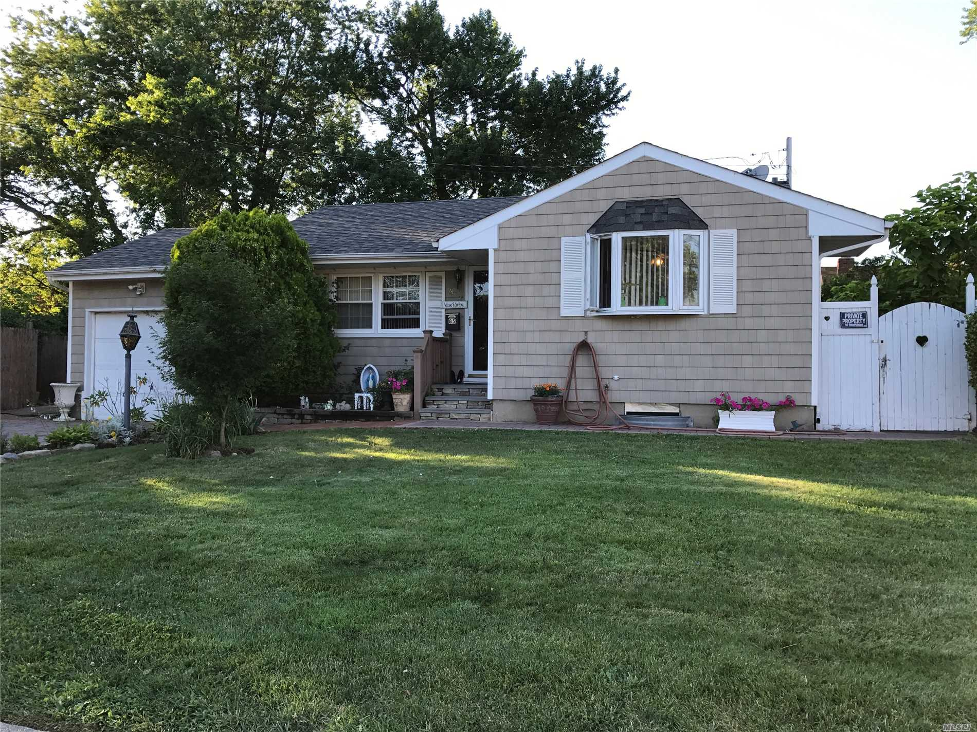 Photo of home for sale at 85 Heyward St, Brentwood NY