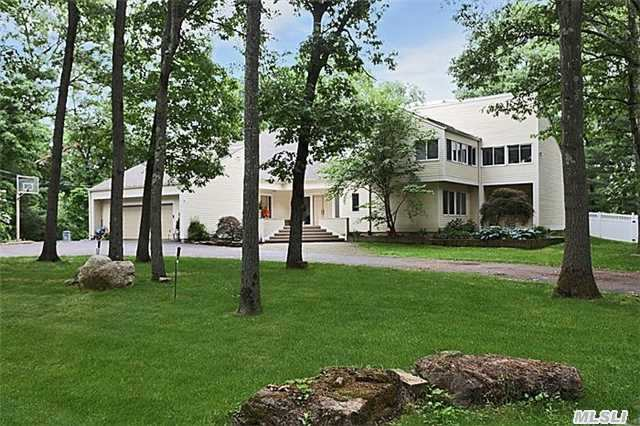 Photo of home for sale at 1117 Cedar Ridge Rd, Upper Brookville NY