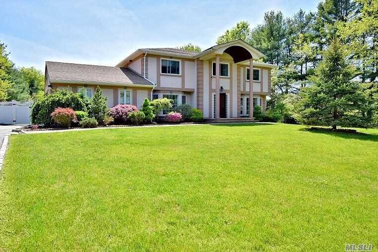 Photo of home for sale at 4 Quintree Ln, Melville NY