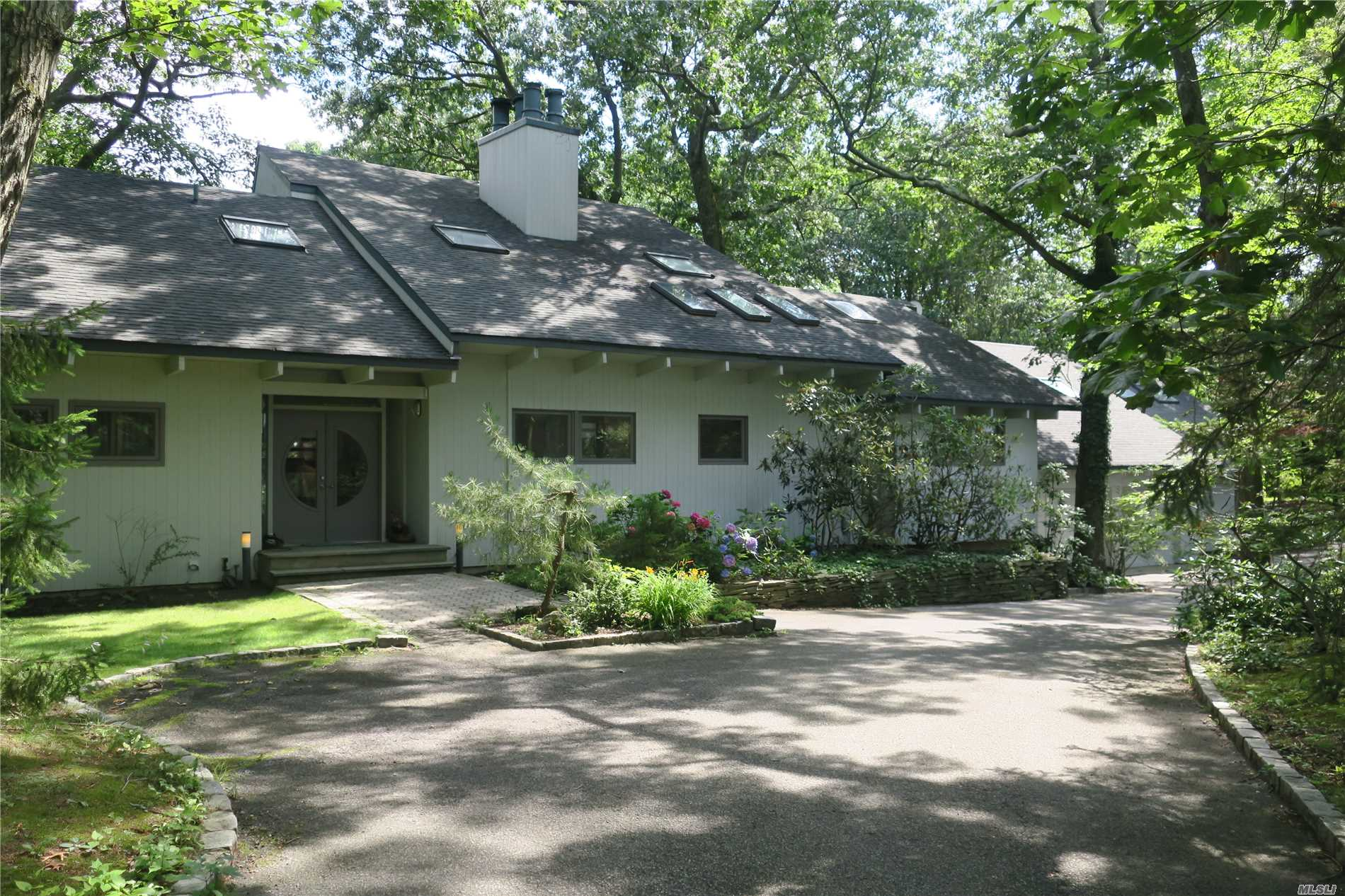 Photo of home for sale at 5 Oakwood  West Dr, Lloyd Neck NY