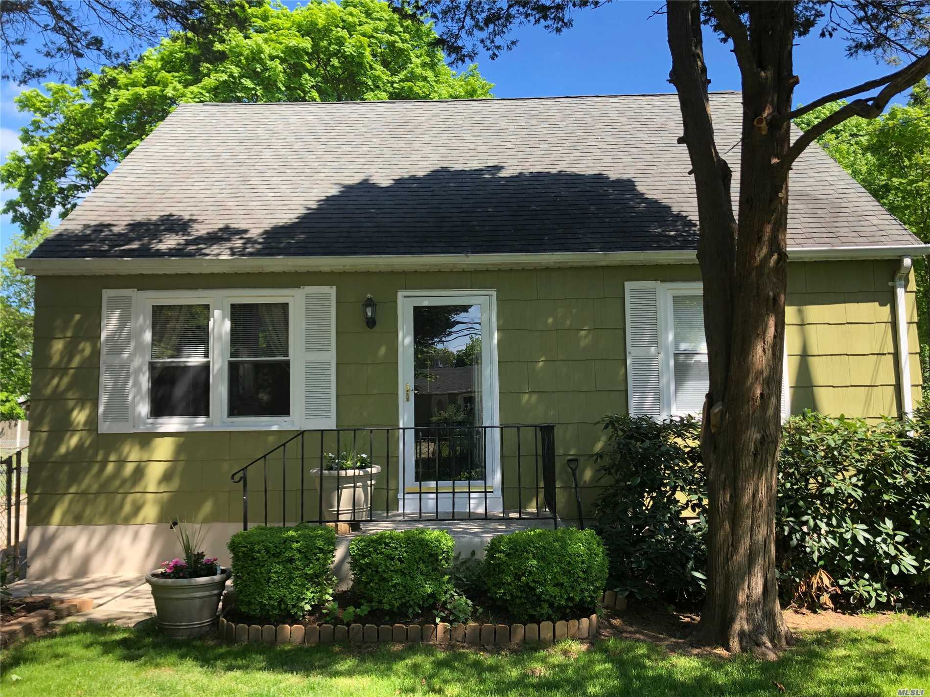 Photo of home for sale at 41 Bradley St, Brentwood NY