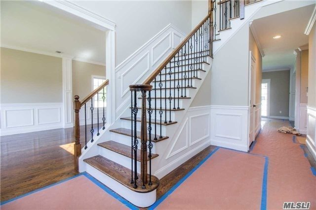 Photo of home for sale at 134 Syosset Cir, Syosset NY
