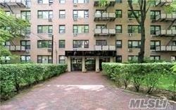 Photo of home for sale at 6 Birchwood Ct, Mineola NY