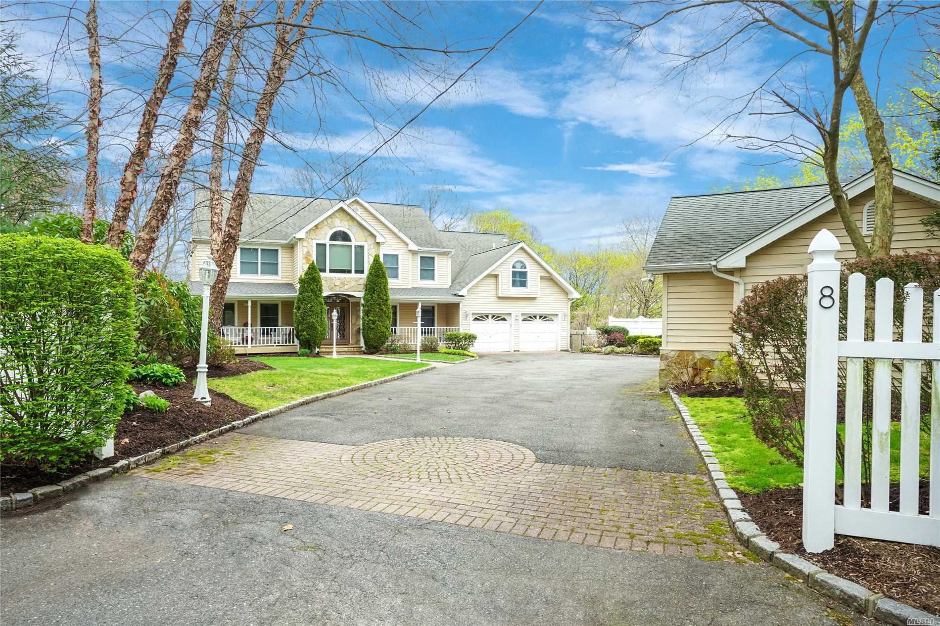 Photo of home for sale at 8 The Crst, Woodbury NY