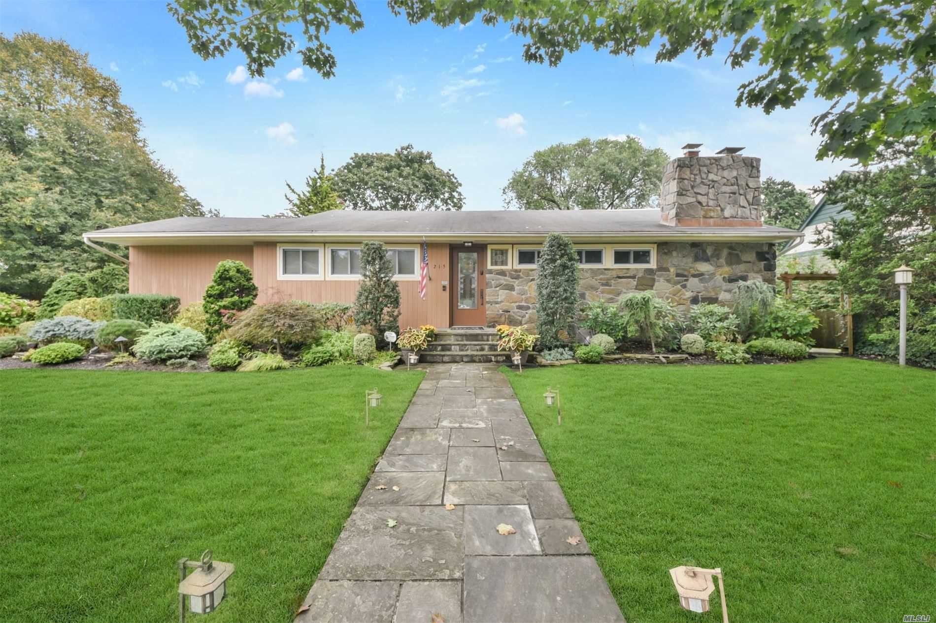 Photo of home for sale at 215 Brixton Rd, Garden City NY