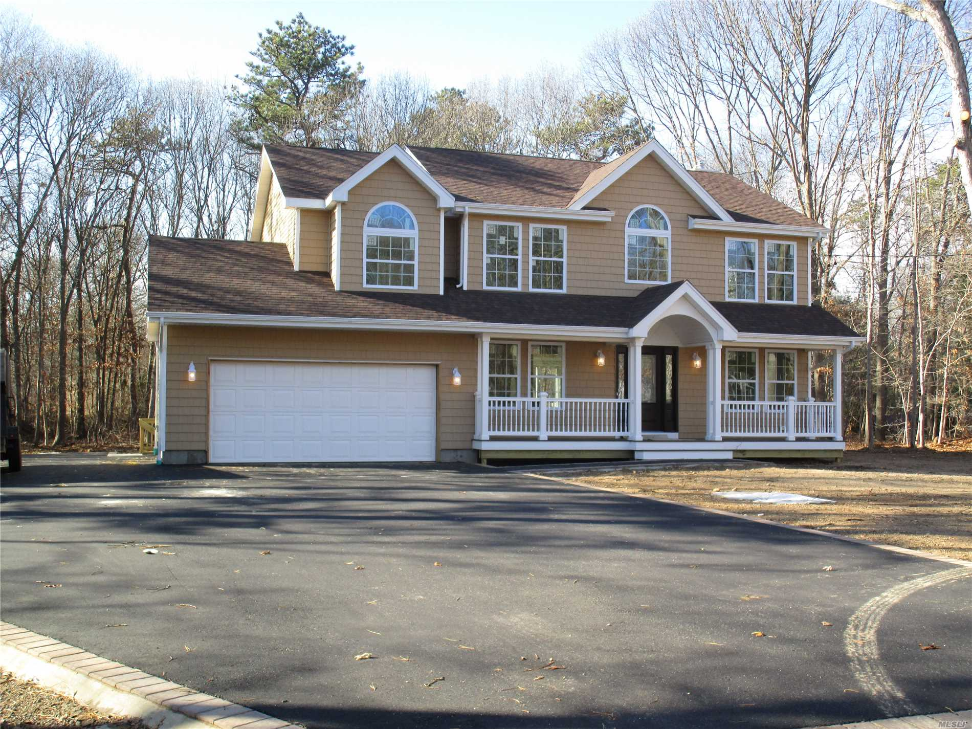 Photo of home for sale at 39 Margin Dr, Shirley NY