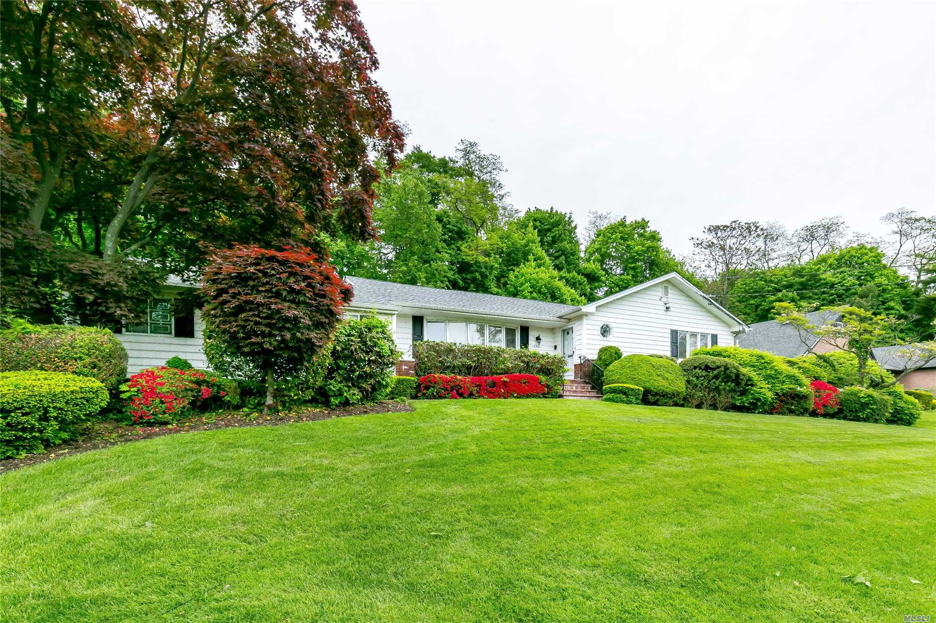 Photo of home for sale at 231 Harbor Hill Rd, East Hills NY
