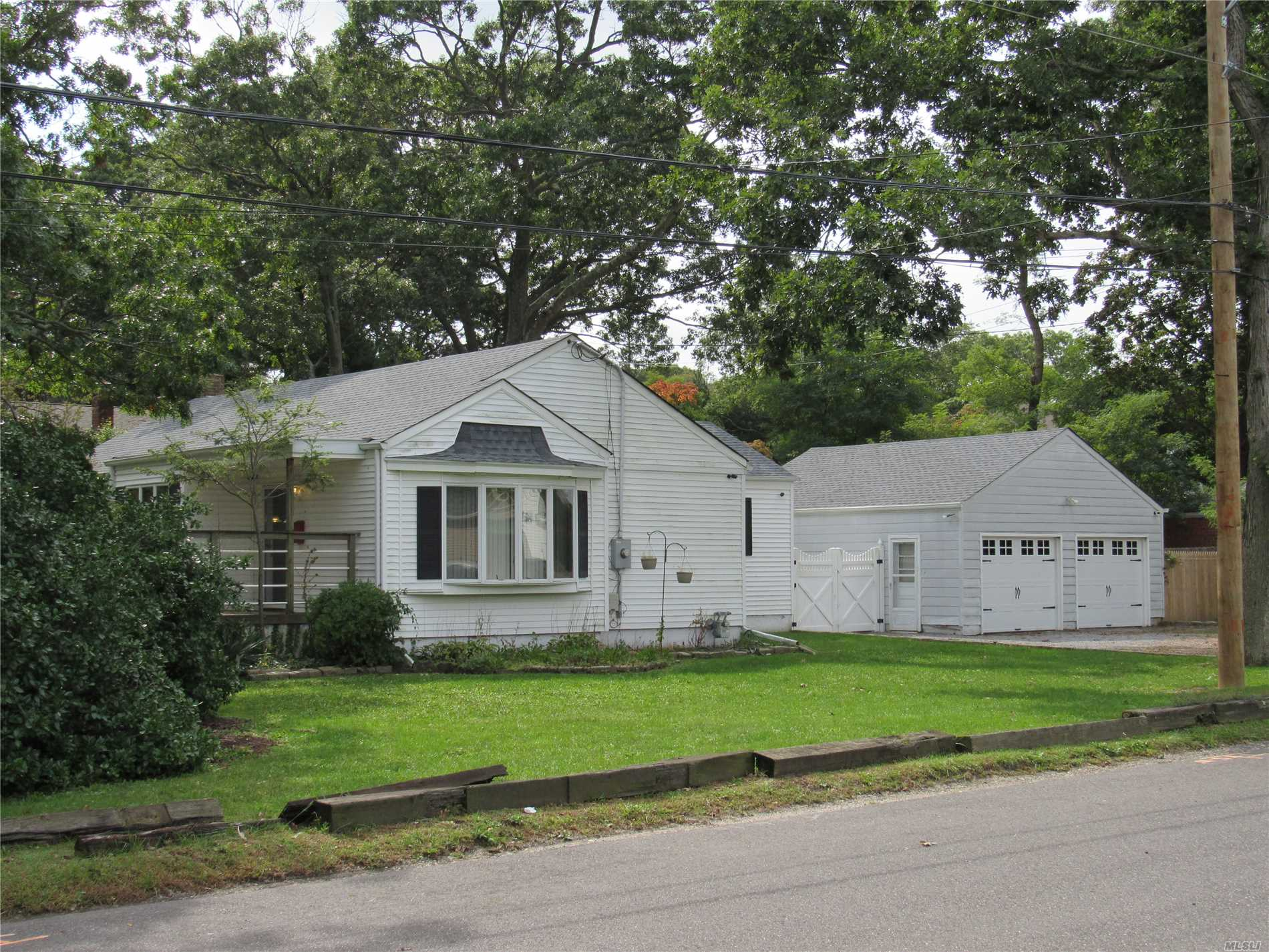Photo of home for sale at 561 Pine Acres Blvd, Brightwaters NY