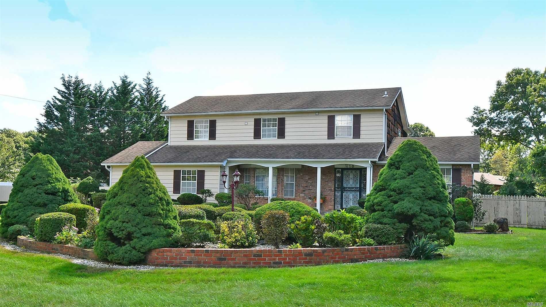 Photo of home for sale at 410 Old Country Rd, Melville NY