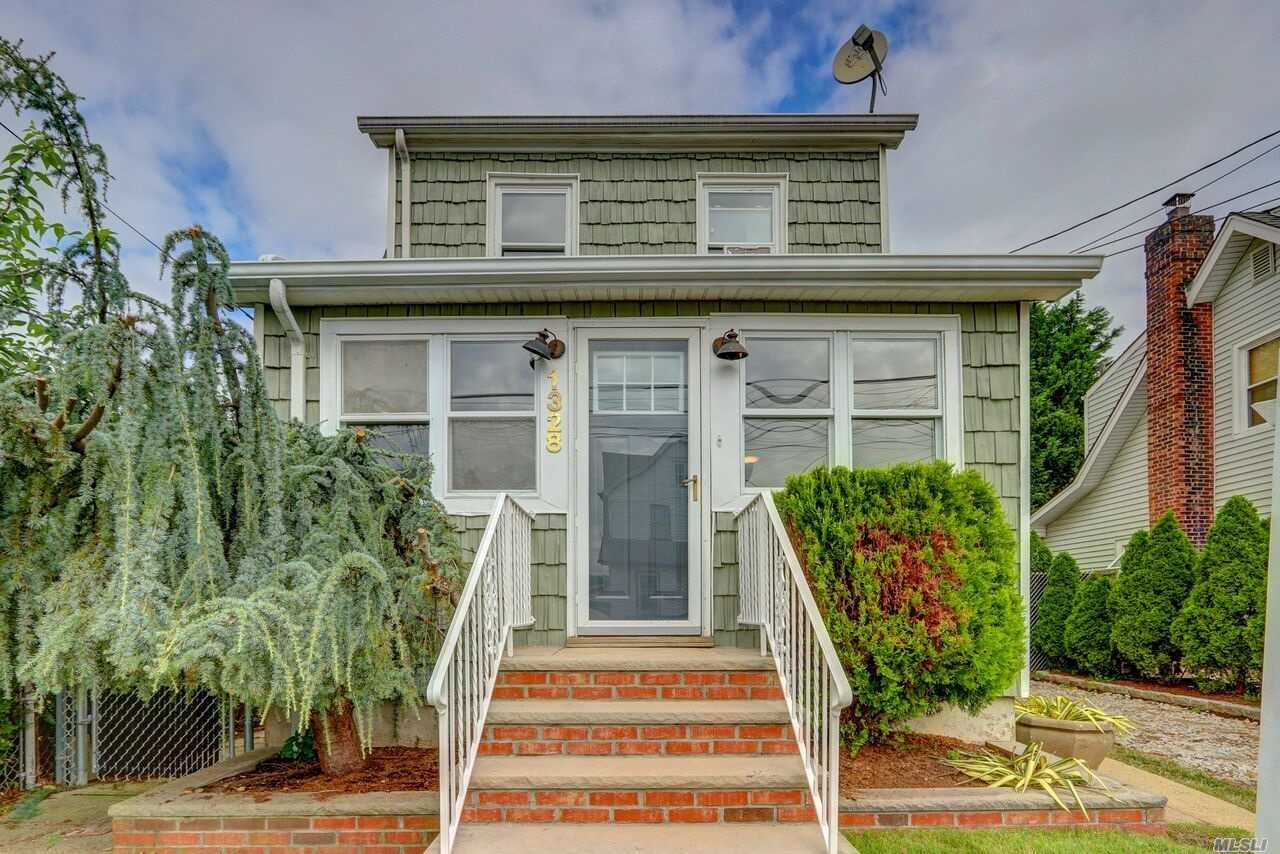 Photo of home for sale at 1328 Mcclure Ave, Elmont NY