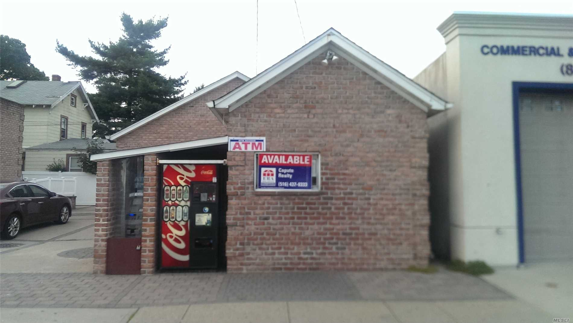 Photo of home for sale at 1201 2nd Ave, New Hyde Park NY