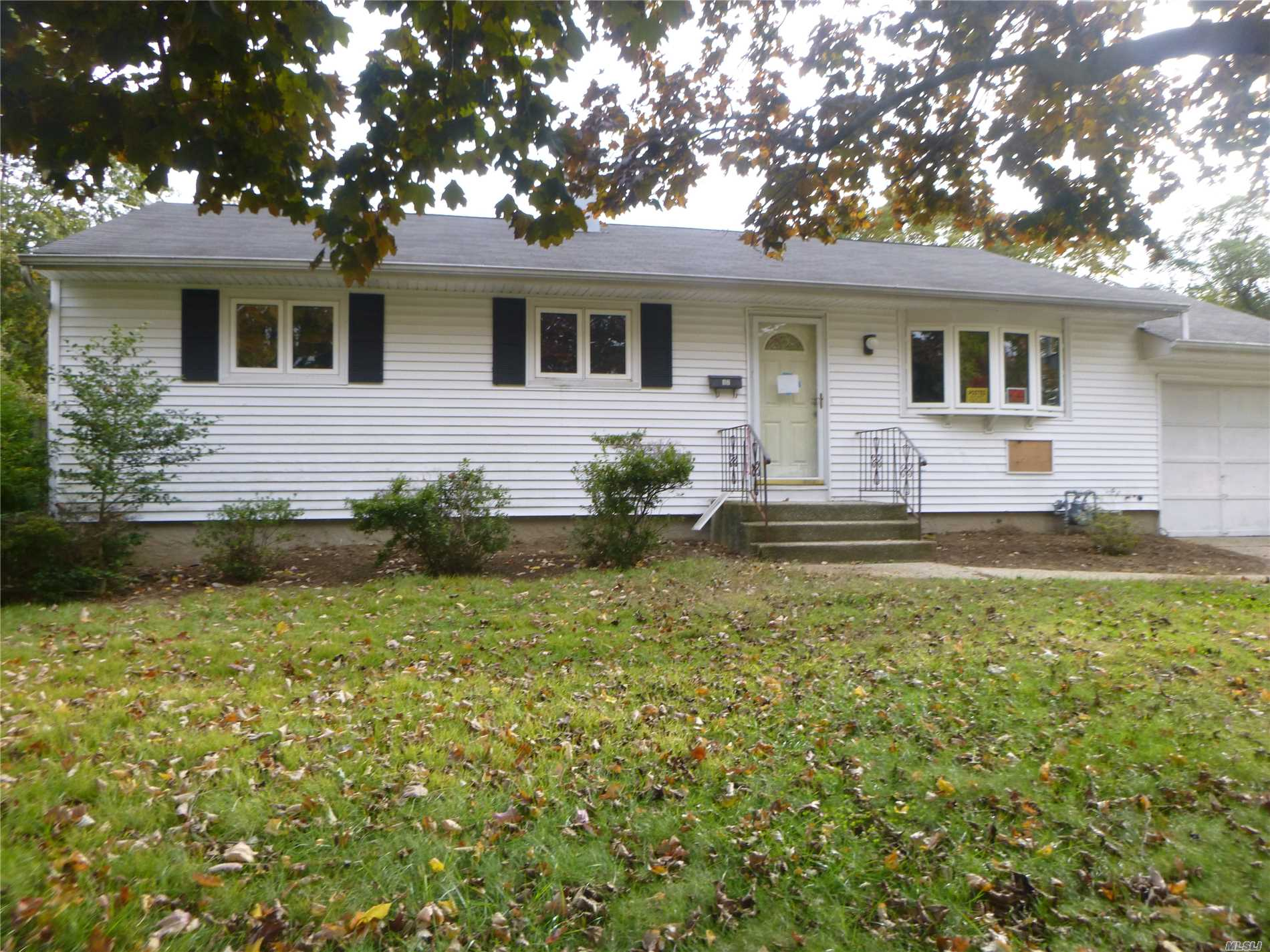 Photo of home for sale at 17 Winston Dr, Brentwood NY