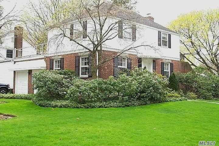 Photo of home for sale at 10 Cornell Dr, Great Neck NY