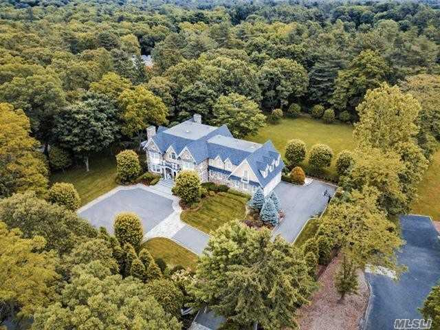 Photo of home for sale at 160 Brookville Rd, Muttontown NY