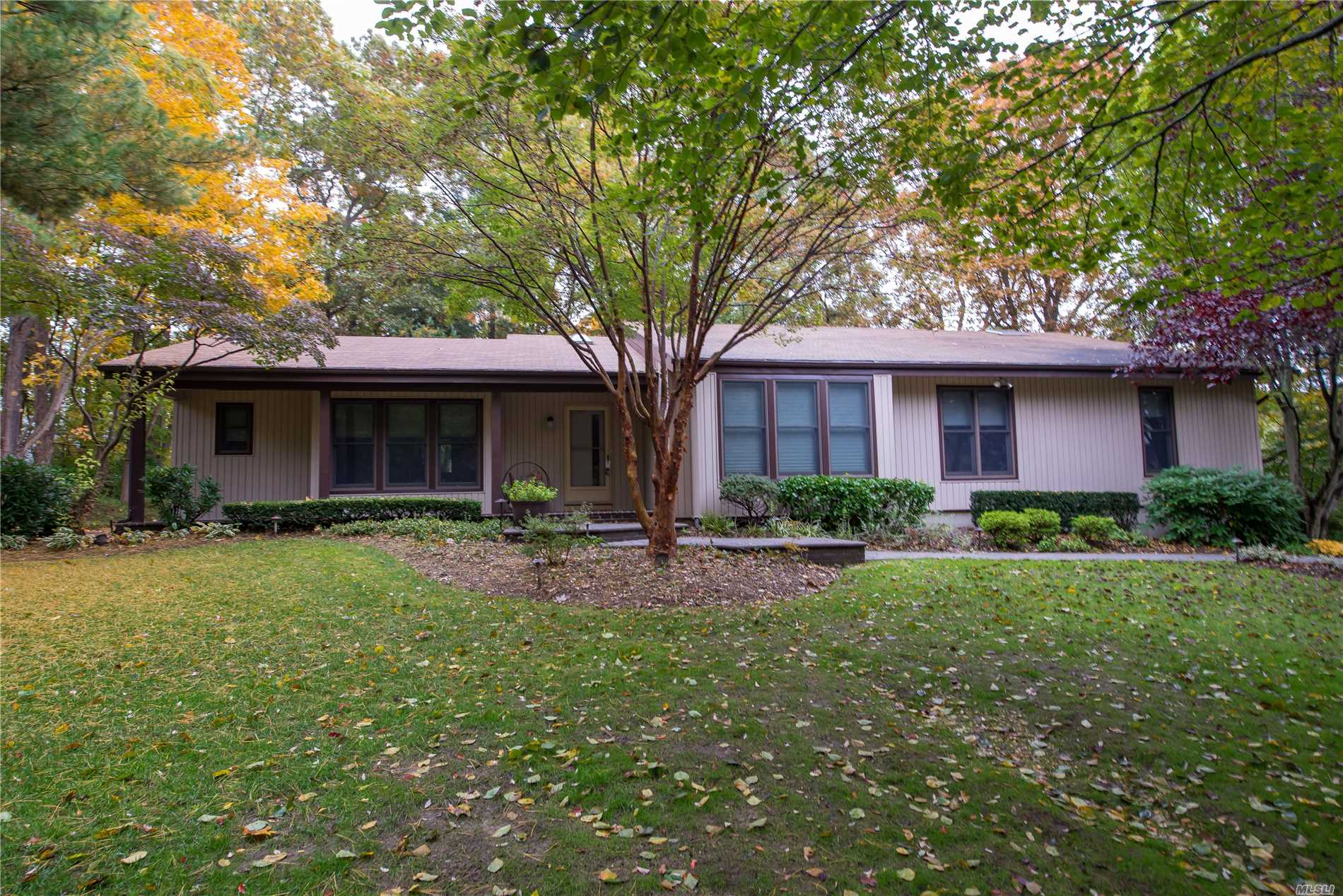 Photo of home for sale at 4 Ibsen Ct, Dix Hills NY