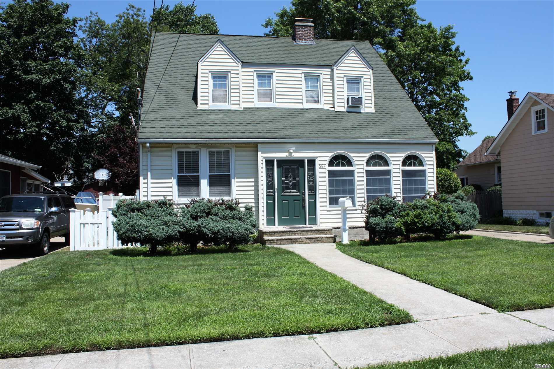Photo of home for sale at 657 Stowe Ave, North Baldwin NY