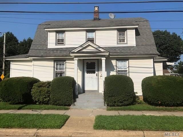 Photo of home for sale at 162 Horton Hwy, Mineola NY