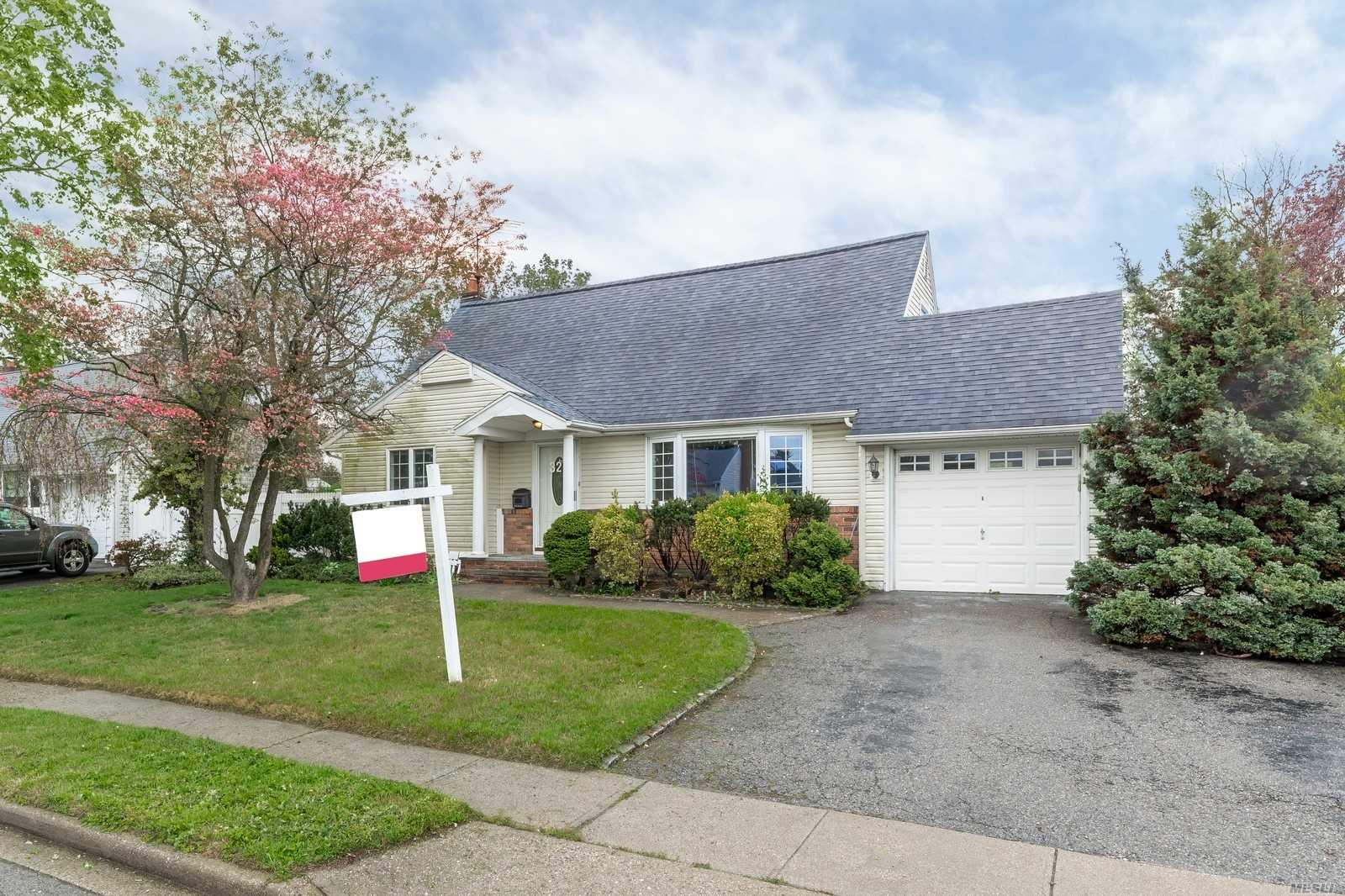 Photo of home for sale at 32 Mindy Ln, Westbury NY