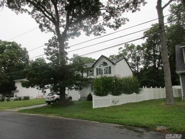 Photo of home for sale at 139 Woodrow Pkwy, West Babylon NY